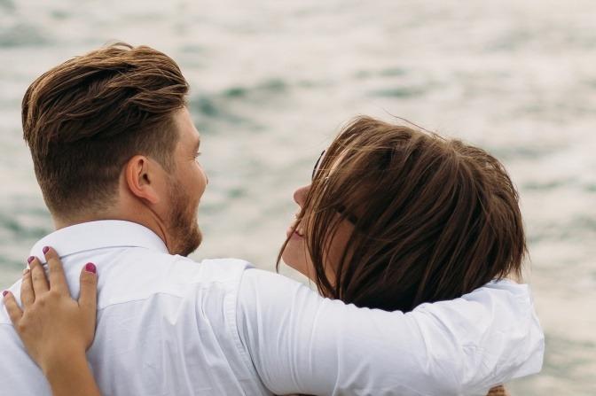 Ein Paar umarmt sich und scheint Grenzen zu akzeptieren