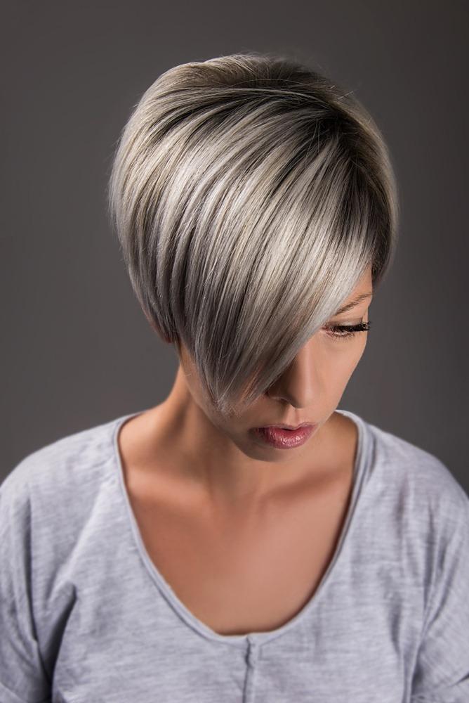 Eine Frau mit kurzen Haaren und Grey Blendings