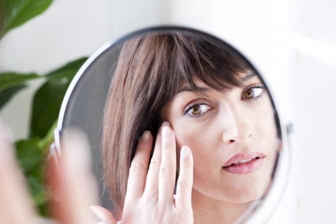 Frau mit großen Poren im Gesicht