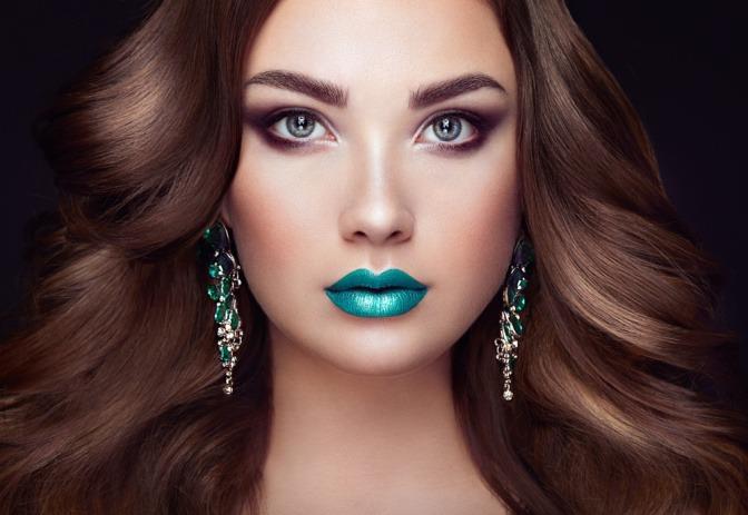 Eine Frau hat grüne Augen und blaue Lippen