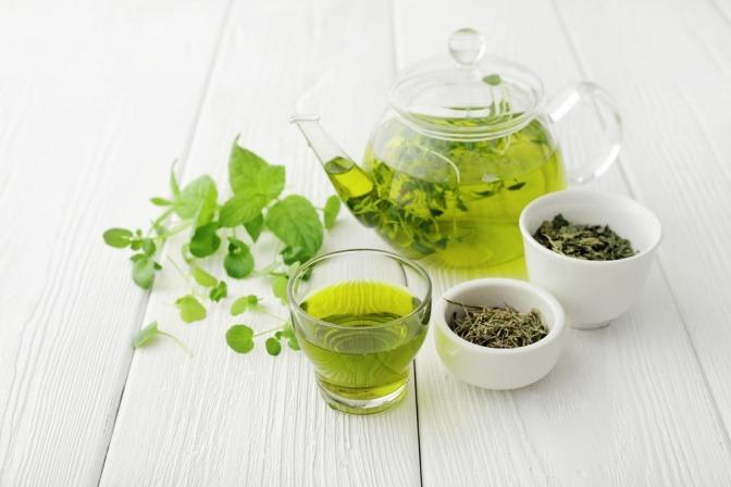 Grüner Tee in der Glastasse