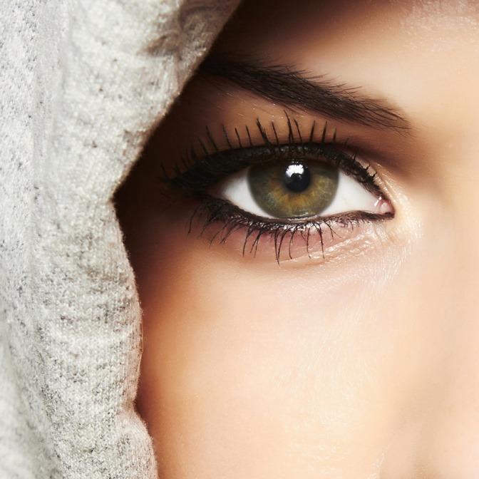 Eine Frau hat ein grünes Auge