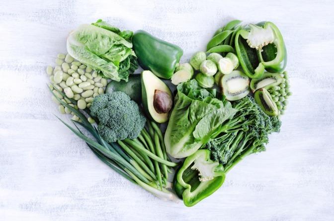 Grünes Gemüse formt ein Herz