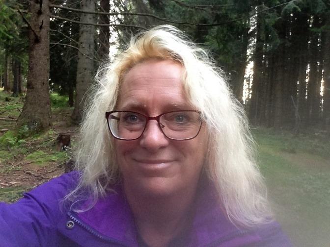 Gundula Ledl steht im Wald