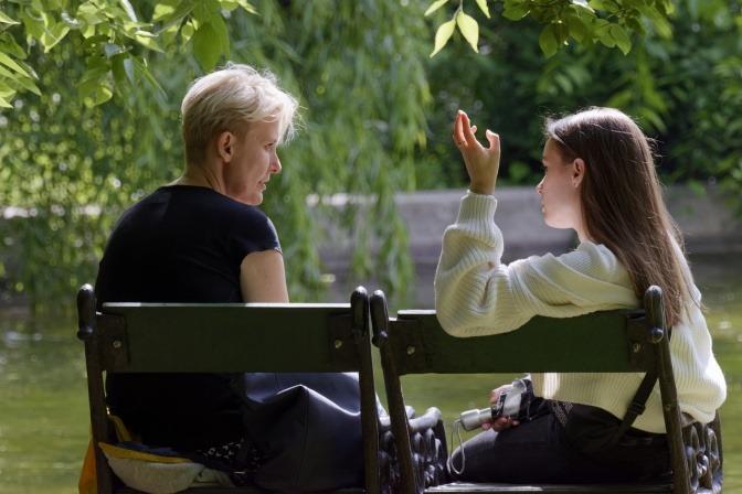 Zwei Frauen sprechen miteinander und müssen zuhören lernen