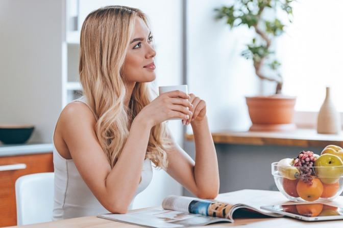 Eine Frau ohne Stress hat vitaminreiche Ernährung, um Haarausfall vorzubeugen