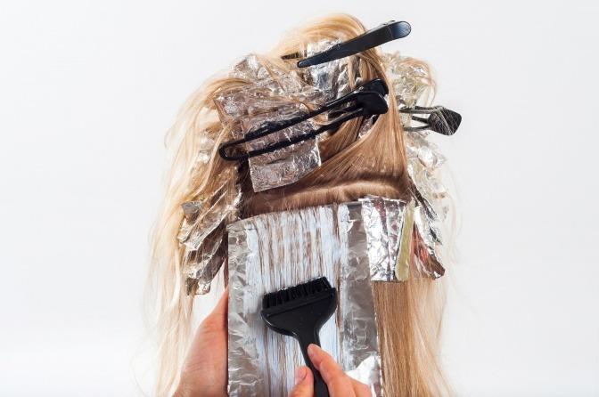 Frau mit Folien und Haarnadeln im Haar.