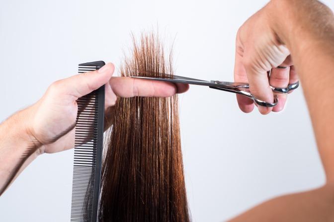 Haarspitzen werden geschnitten