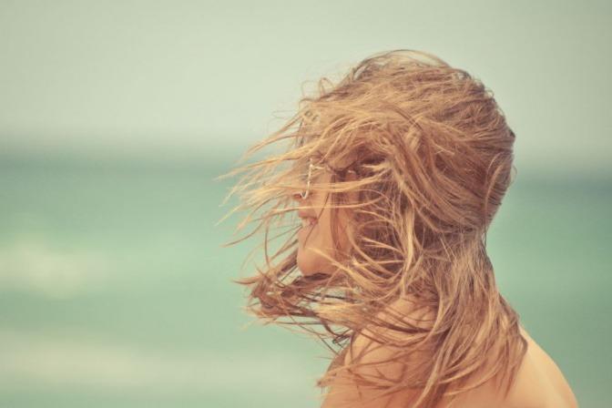 Frau lässt Haare an der Luft trocknen
