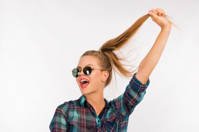 Frau mit starken Haaren und Pferdeschwanz