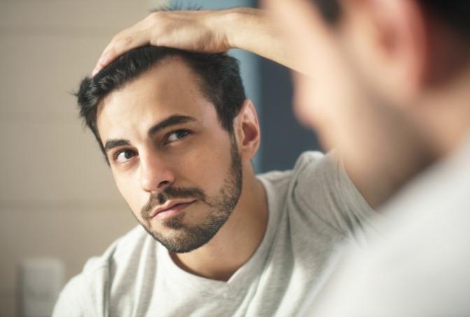 Mann mit aktivem Haarwachstum