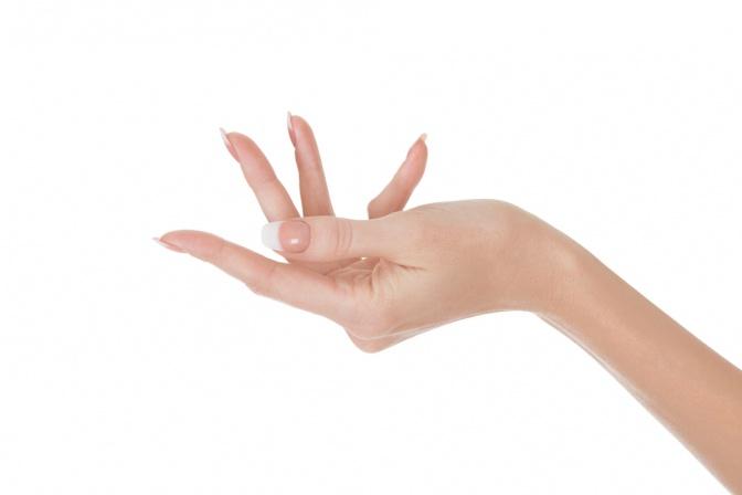 Gepflegte Hand welche sich nach oben öffnet