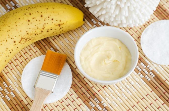 Aus Banane und Quark wird eine Handmaske erstellt.