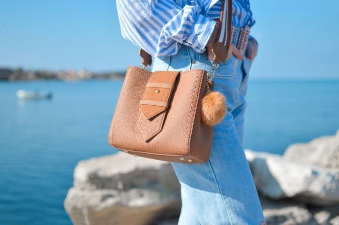 Frau mit Hobo-Bag am Strand