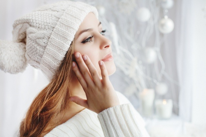 Frau im Winter mit trockener Haut