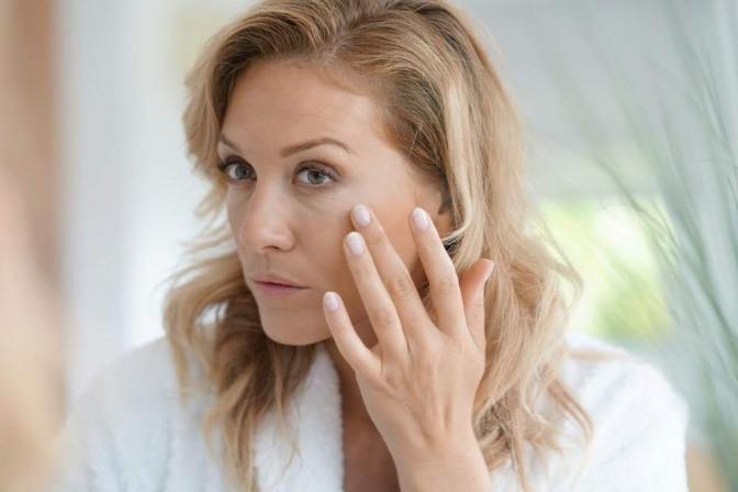 Frau ab 50 mit schöner Haut