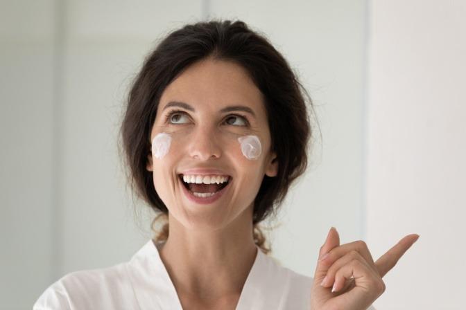 Frau mit Creme im Gesicht