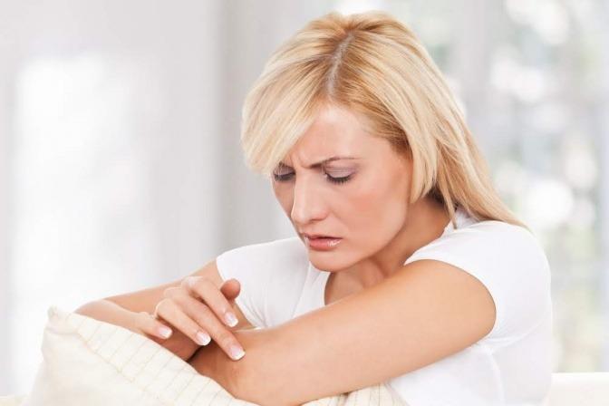 Eine Frau pflegt ihre Frau bei Neurodermitis