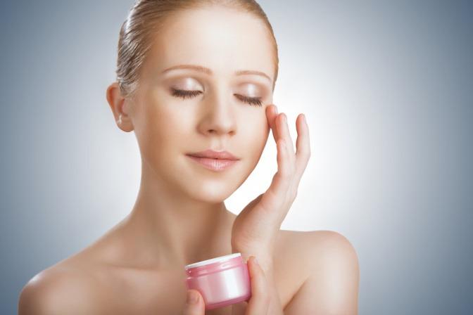 Eine Frau pflegt ihre Haut mit Wirkstoffkosmetik
