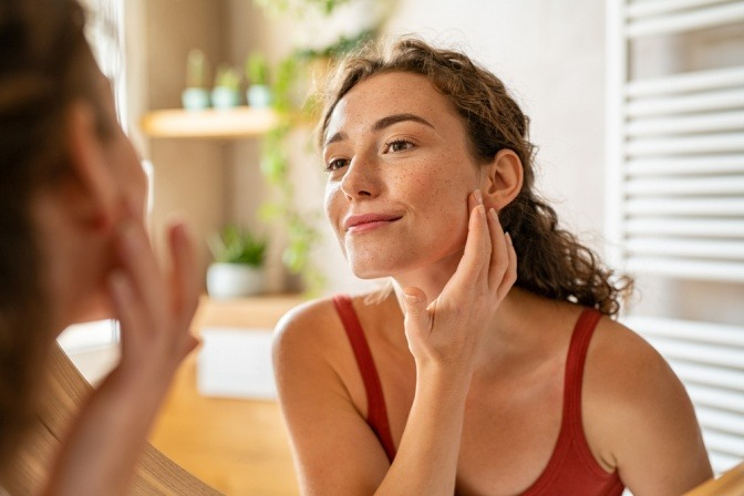 Frau mit schöner Haut durch Ingwer
