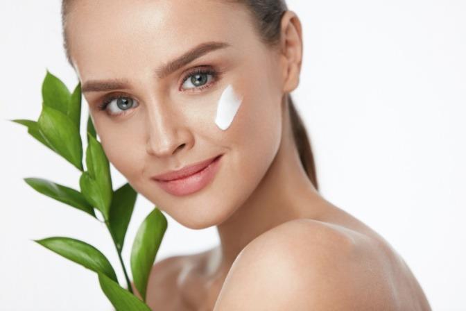 Eine Frau benutzt vegane Hautpflegeprodukte