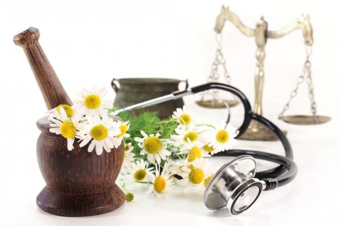 Mörser, Heilpflanzen und Waage