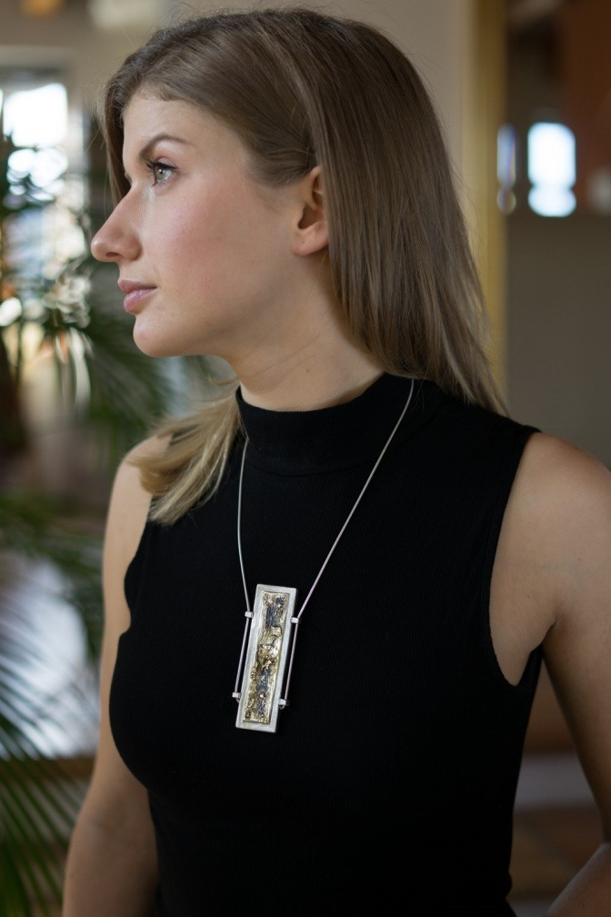 Frau trägt eine Halskette