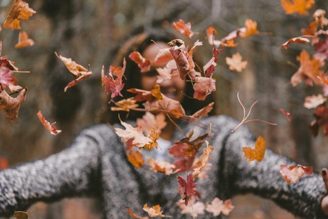 Eine Frau im Herbst scheint glücklich zu sein