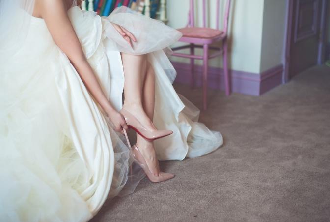 Eine Frau zieht für ihre Hochzeit High Heels an