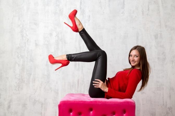 Frau in Leder-Leggins mit High-Heels