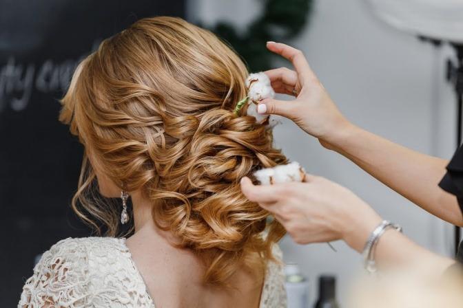Eine Frau probiert eine Hochzeitsfrisur aus