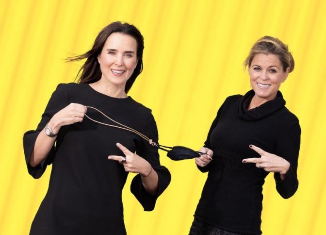 Zwei Frauen halten Maske mit Holdie Maskenband