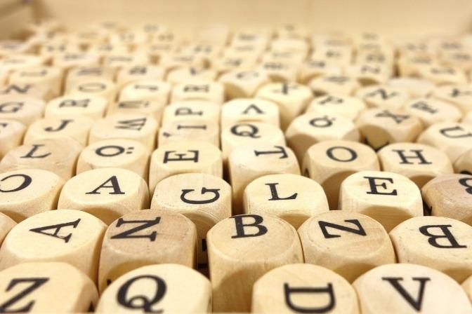 Buchstaben sind auf Würfeln aus Holz geschrieben
