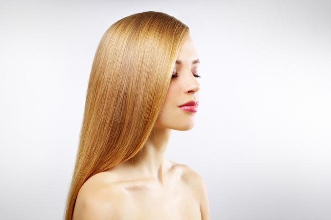 Eine Frau hat honigblonde Haare