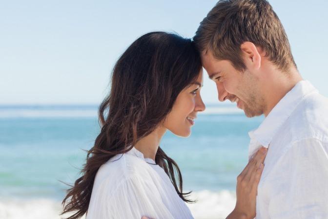 Ein Liebespaar umarmt sich und zeigt Lust am anderen