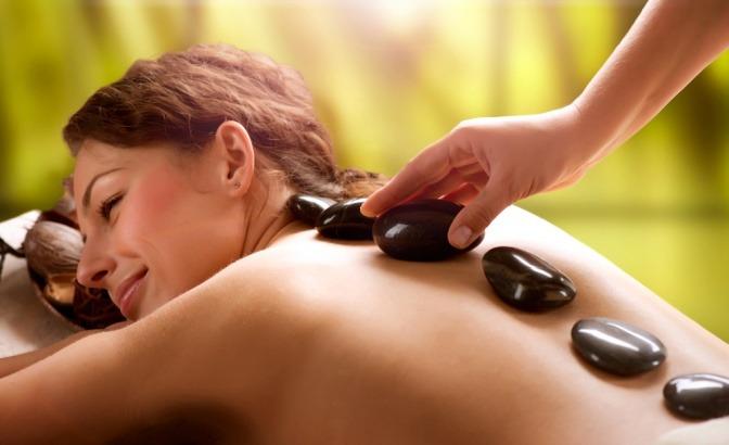 eine Frau ist bei einer Hotstone Massage