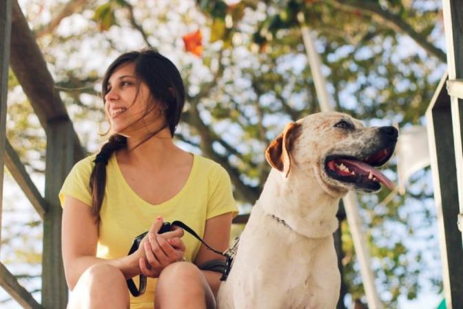 Eine Frau hält einen Hund an der Leine