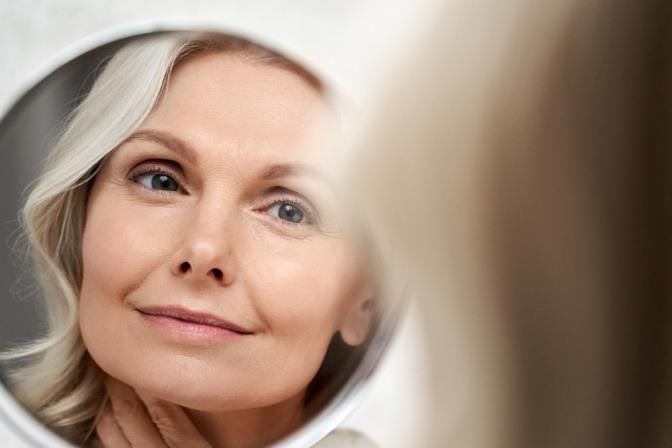 Frau mit schöner Haut durch Hyaluronsäure