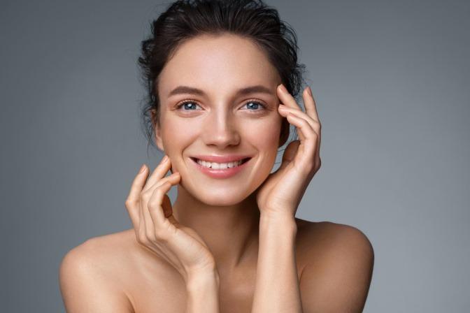 Frau mit glatter Haut durch Hyaluronsäure