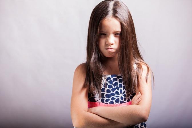 Ein Kind will verärgert etwas