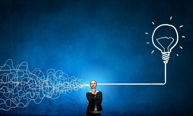 Eine Frau zerbricht sich den Kopf über ihre Ziele, was in diesem Bild durch viele miteinander verwobene Linien über ihrem Kopf illustriert wird, von denen nur ein Pfad aus dem Chaos führt.
