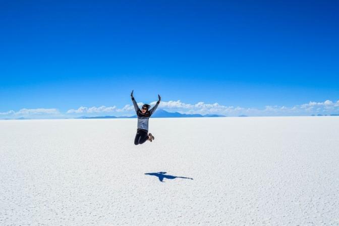 Eine Frau sprint aus purer Lebensfreude in die Luft