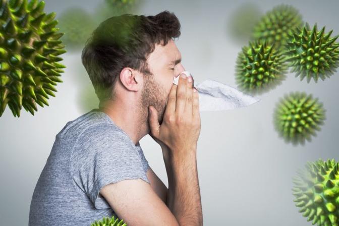 Als Symbol für Immunabwehr sind Viren rund um einen Mann abgebildet
