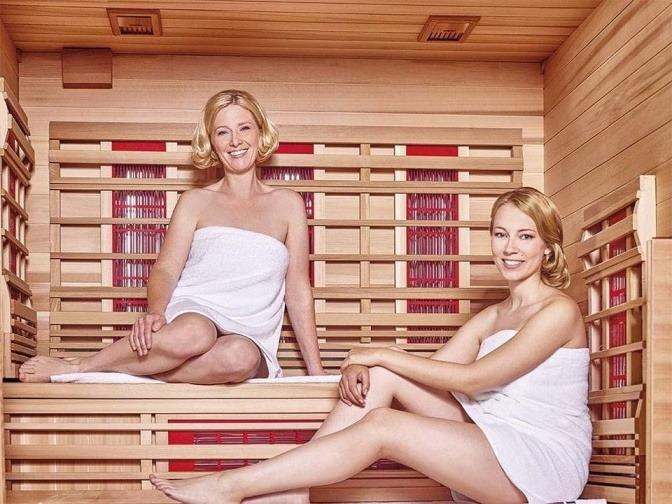 Zwei Frauen in der Infrarotkabine zum Abnehmen und Entschlacken