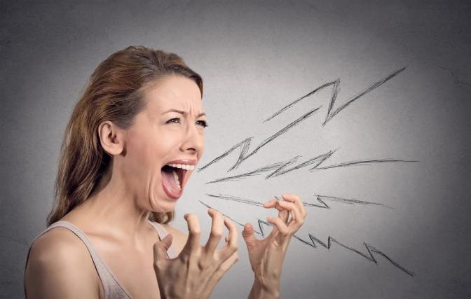 Eine Frau ist sichtlich gestresst und angespannt. Sie möchte alles aus sich heraus schreien, kann aber nicht.