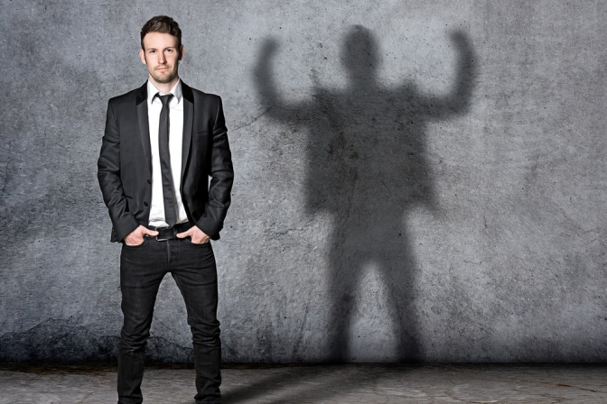 Der Schatten eines schlanken Mannes zeigt innere Stärke