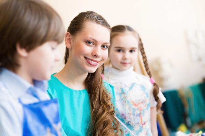 Eine Jugendliche mit zwei Kindern