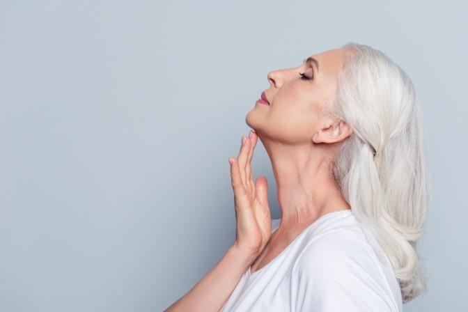 Eine ältere Frau hat eine jung wirkende Haut