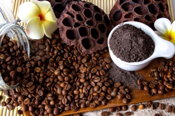 Kaffeebohnen und gemahlener Kaffee für ein Kaffee-Peeling