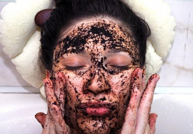 Eine Frau hat Kaffeepeeling im Gesicht